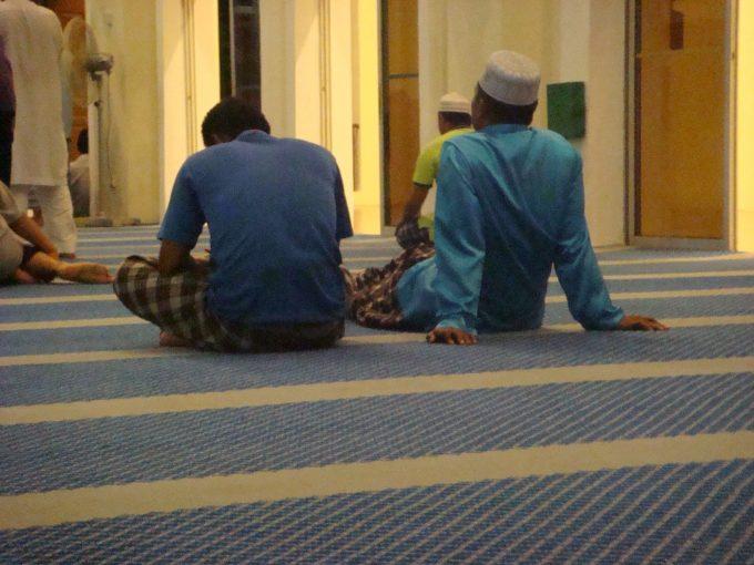 duduk di masjid